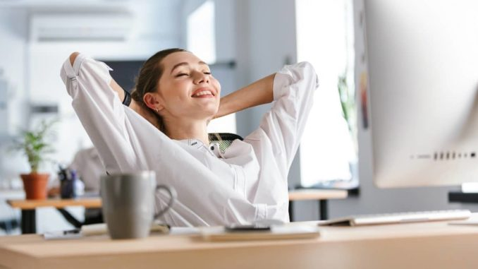 Frau bei der Entspannung im Büro