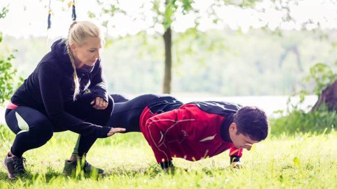 Frau und Mann in Fitnessbekleidung