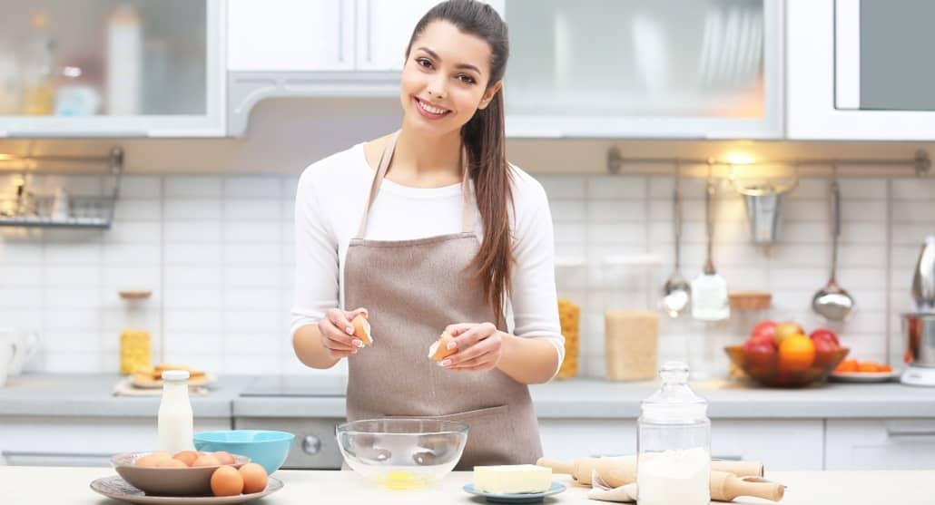 Frau probiert gesunde Backrezepte