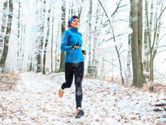 Frau mit Laufausrüstung im Winter