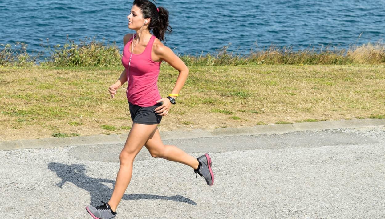 Frau mit Laufbekleidung beim Training