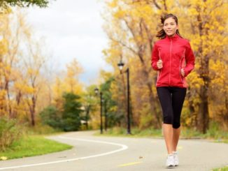Frau beim Laufen vor dem Frühstück