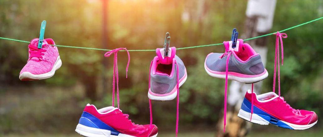 Laufschuhe nach dem Reinigen zum Trocknen aufgehangen