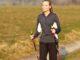 Eine Frau beim Nordic Walking