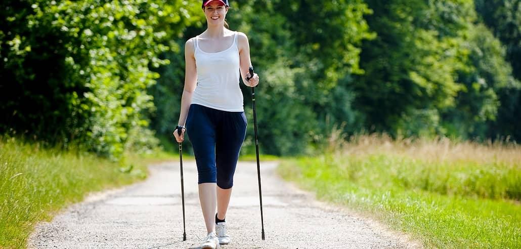 Frau beim Nordic Walking Training