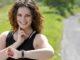 Frau beim Training mit Pulsmesser