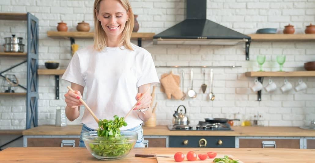 Rezepte - Frau macht einen Salat