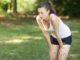 Frau hat Seitenstechen beim Laufen