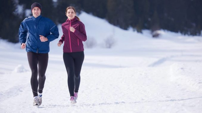 Paar beim Laufen mit Winterlaufjacken