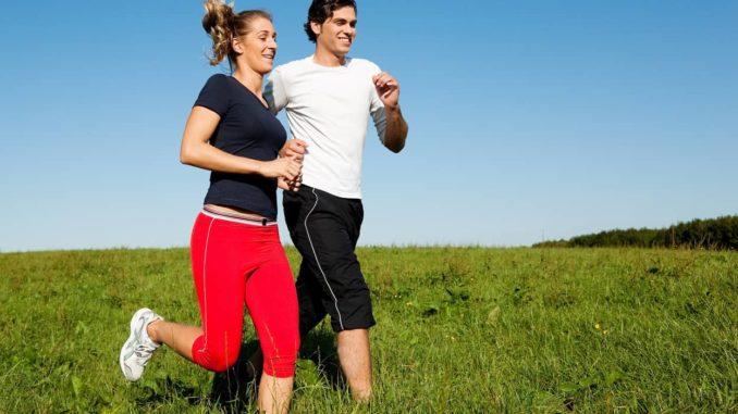 Paar trägt Laufschuhe mit Pronation beim Training
