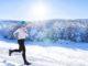 Mann mit Winterlaufhosen im Schnee
