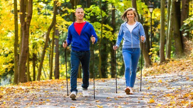 Paar will beim Nordic Walking abnehmen