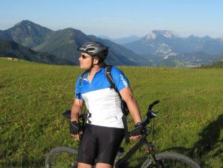 Mann mit passender Fahrradbekleidung