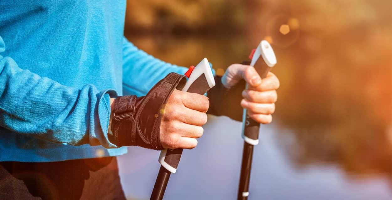 Frau mit Nordic Walking Zubehör